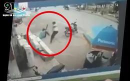 Clip: Đối tượng cầm kiếm chém liên tiếp vào người bảo vệ Điện Máy Xanh