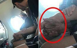 Đi máy bay ngồi cạnh cụ già 96 tuổi run bần bật, anh chàng có hành động giản đơn nhưng vô cùng ấm áp khiến hành khách bật khóc