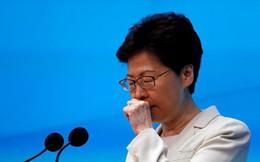 """Bloomberg: Hong Kong chìm trong hỗn loạn, Đặc khu trưởng Carrie Lam """"nghẹn lời"""" trước báo giới"""
