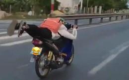 Đi xe máy như 'diễn xiếc' giữa phố, nam thanh niên bị dân mạng chỉ trích gay gắt