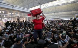 """Khủng hoảng lên đỉnh điểm: Bất lực vì người biểu tình """"chiếm"""" sân bay, Hồng Kông lại hủy toàn bộ chuyến"""