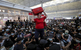 24h qua ảnh: Hành khách mắc kẹt giữa đám đông biểu tình ở Hong Kong