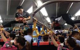 """Phụ xe buýt thu tiền kiểu """"người nhện"""" khiến nhiều khách không dám ngước lên nhìn"""
