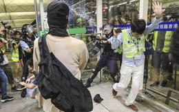 Nghi ngờ có mật vụ, người biểu tình Hồng Kông đụng độ với cảnh sát tại sân bay