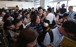 """Nói """"ủng hộ cảnh sát"""" ở sân bay Hồng Kông, thanh niên Trung Quốc bị người biểu tình bắt trói"""