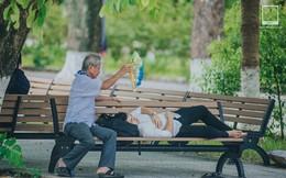 Bức ảnh người ông ngồi quạt cho cháu ngủ trên ghế đá trong ngày nhập học: Cháu cứ mơ những giấc mơ đẹp, thế giới ngoài kia đã có ông lo