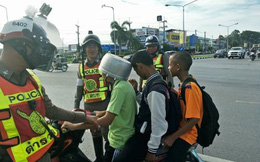 Đội nồi lên đầu thay mũ bảo hiểm, 3 nam sinh bị cảnh sát tuýt còi và cái kết