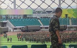 """Hàng ngàn binh lính Trung Quốc diễu hành rầm rộ ở nơi """"chỉ mất 10 phút là tới Hong Kong""""?"""