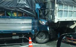 Xe tải nổ lốp bị một xe khác lao tới tông trúng, tài xế tử vong trên cabin
