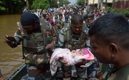 7 ngày qua ảnh: Binh sĩ Ấn Độ bế em bé đi sơ tán khỏi vùng lũ