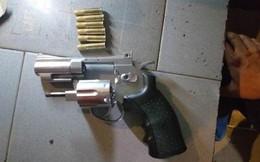 Cảnh sát tạm giữ nhóm người nghi tàng trữ ma túy có súng