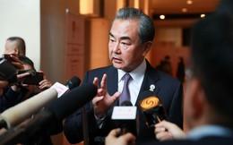 Nhận tin TQ bất ngờ bị ông Trump áp thuế mới, ngoại trưởng Vương Nghị nói gì từ Bangkok?