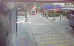 Clip: Băng qua đường sắt, người đàn ông bị tàu hoả đâm trúng, kéo lê gần 70m