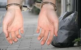 Chuyện dở khóc dở cười: Bị tống giam vì… chọn sai túi rác