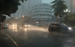 Trời Hà Nội tối đen trong cơn mưa chiều, hàng loạt xe bật đèn lưu thông