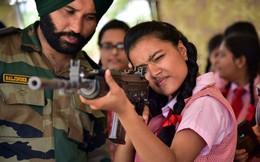 24h qua ảnh: Nữ sinh viên Ấn Độ ngắm bắn súng trường