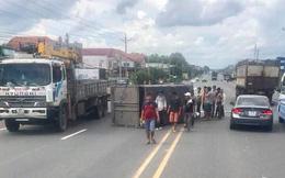 Tránh xe máy vượt ẩu khiến xe tải bị lật ngang đường, tài xế mắc kẹt trong cabin