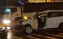 Ô tô mất lái tông văng dải phân cách, người nước ngoài ngồi gục trong xe