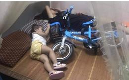 Được mua xe đạp mới, em bé xách lên giường ngủ cùng, tay vẫn giữ chặt không rời
