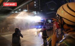 NÓNG: Cảnh sát vũ trang hạng nặng xuất hiện trên phố, cảnh báo phun hơi cay vào người biểu tình