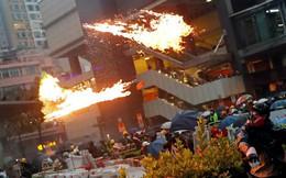 24h qua ảnh: Người biểu tình Hong Kong ném bom xăng vào cảnh sát