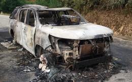 Đang chạy trên đường, xe bán tải bốc cháy dữ dội
