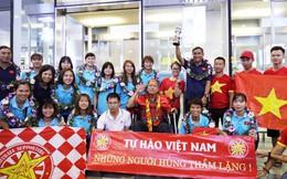 """Những """"cô gái vàng"""" Việt Nam đón nhận tình cảm từ cổ động viên đặc biệt ngày trở về"""