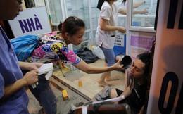 Người phụ nữ dội nước cho chiến sĩ PCCC hồi tỉnh - bức ảnh từ vụ cháy nhà máy Rạng Đông được chia sẻ nhiều nhất trên MXH