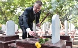 Lần đầu tiên Đại sứ Mỹ tại Việt Nam thăm và thắp hương tại Nghĩa trang quốc gia Trường Sơn