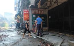 Hàng quán tê liệt, tiểu thương trắng đêm canh giữ hàng hóa sau vụ cháy nhà máy Rạng Đông