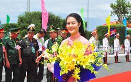 """""""Bóng hồng"""" tặng hoa đoàn quân đội Campuchia cửa khẩu quốc tế Tịnh Biên"""