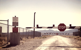 """Có một thành phố ngầm """"ngoài hành tinh"""" bên dưới căn cứ tối mật Area 51 của Mỹ?"""