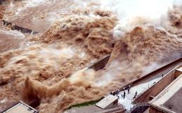 24h qua ảnh: Người dân Trung Quốc mạo hiểm xem đập thủy điện xả lũ
