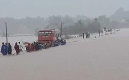 Thanh Hóa: Nhiều nơi ngập sâu, xe chở 60 công nhân mắc kẹt giữa nước lũ