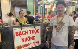 """Quán ốc kỳ lạ tại Sài Gòn với ông bà chủ thường dùng """"tuyệt chiêu"""" đeo cả trăm cây vàng để thu hút khách"""
