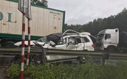 Xe sang Mercedes biến dạng sau va chạm liên hoàn trên cao tốc Nội Bài - Lào Cai
