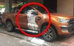 Đỗ trước cửa nhà người khác, xe bán tải bị tạt sơn trắng khiến dân mạng tranh cãi