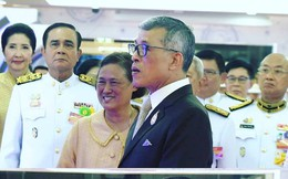 """Trước khi lập Hoàng quý phi, Hoàng hậu Thái Lan vẫn ân cần chăm sóc chồng một cách tinh tế, khẳng định vị trí """"vợ cả"""" của mình"""