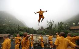 24h qua ảnh: Võ sinh chùa Thiếu Lâm trình diễn võ thuật