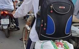 Hình ảnh nam sinh gói ghém túi to túi nhỏ, đạp xe lên thành phố nhập học khiến ai cũng cay mắt bùi ngùi