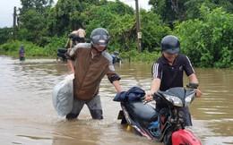 Đón người nhà đi đám tang, hai cha con đi trên ô tô bị nước cuốn trôi 100m