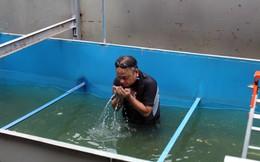 Cận cảnh chuyên gia Nhật Bản tắm nước sông Tô Lịch