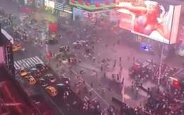 Đám đông bỏ chạy tán loạn, giẫm đạp lên nhau ở Quảng trường Thời đại vì tưởng tiếng nổ pô xe là súng nổ