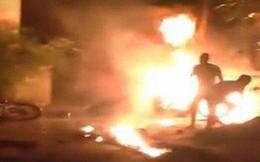 Cãi nhau lúc rạng sáng, chồng hất xăng đốt vợ rồi bế con 2 tuổi đi biệt tích