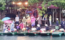 Hàng nghìn du khách đội mưa du thuyền tại Tràng An