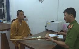 Thầy chùa đập vỡ kính ô tô của người đi đường vì bị tài xế bấm còi inh ỏi, không cho vượt