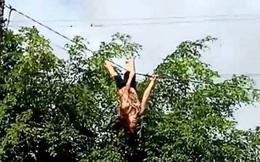 [Video] Người dân hoảng hốt chứng kiến người phụ nữ 8X leo lên dây điện đánh đu