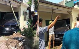 Con trai lùi Mazda CX5 mới cứng trúng nhà bố mẹ, nhóm đàn ông hốt hoảng chống cọc để tránh sập tường