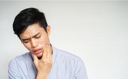 """Đau răng 1 năm mới đi khám, cậu bé 15 tuổi khiến bác sĩ sốc khi bị """"ăn mòn"""" 1 nửa xương hàm phải do ung thư"""
