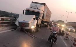 Hà Nội: Container tông hàng loạt xe máy, 1 người bay xuống sông Hồng